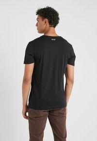 BOSS - T-shirts med print - black/gold - 2