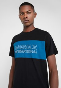 Barbour International - PANEL LOGO TEE - Triko s potiskem - black - 4