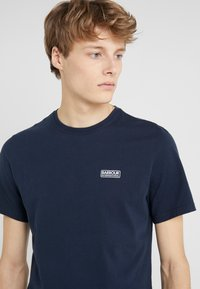 Barbour International - ESSENTIAL SMALL LOGO TEE - Jednoduché triko - navy - 4