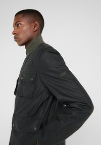 Barbour International - EDHILL WAX - Bomberjacks - olive - 5