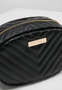 Spiral Bags - LABEL BUM BAG - Ledvinka - black - 7