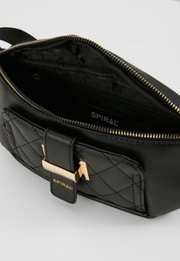 Spiral Bags - LABEL BUM BAG - Ledvinka - black - 4