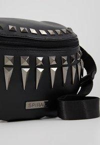 Spiral Bags - LABEL BUM BAG - Ledvinka - black/silver - 6