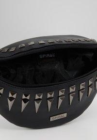 Spiral Bags - LABEL BUM BAG - Ledvinka - black/silver - 4