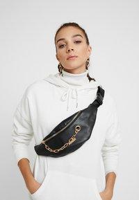Spiral Bags - LABEL BUM BAG - Ledvinka - black - 1