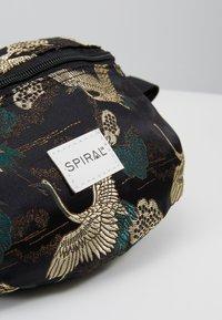 Spiral Bags - BUM BAG - Rumpetaske - paradise birds /black - 7