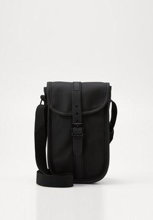 MANHATTAN SHOULDER BAG - Taška spříčným popruhem - black