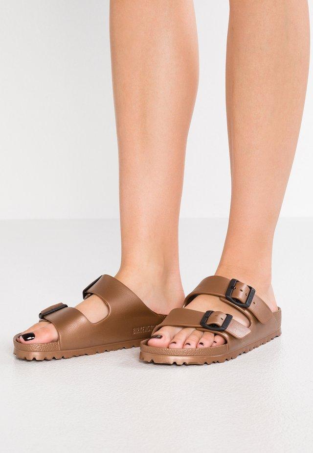 ARIZONA - Sandały kąpielowe - metallic copper