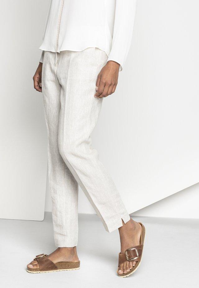 Pantolette flach - cognac