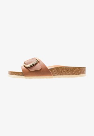 MADRID BIG BUCKLE - Pantolette flach - cognac