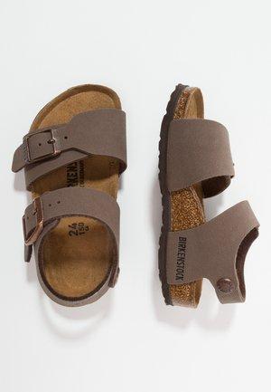NEW YORK - Sandaalit nilkkaremmillä - mocha