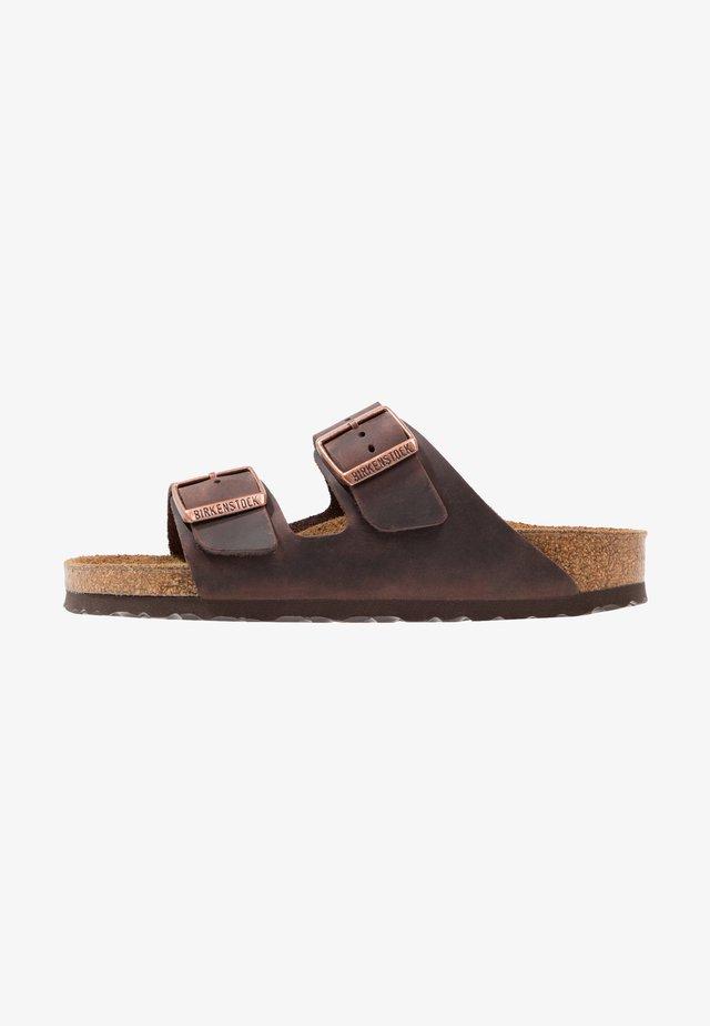 ARIZONA SOFT FOOTBED NARROW - Sandaler - habana