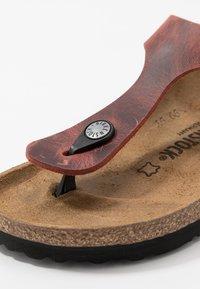 Birkenstock - GIZEH NARROW FIT - T-bar sandals - earth red - 5
