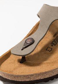 Birkenstock - GIZEH - Sandaler m/ tåsplit - stone - 5