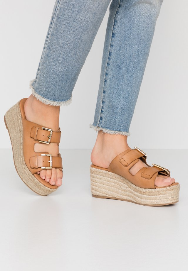 Heeled mules - beige/camello
