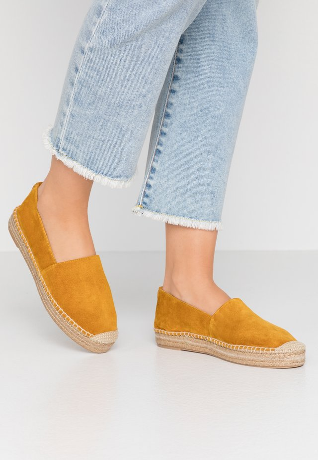 Loafers - mustard