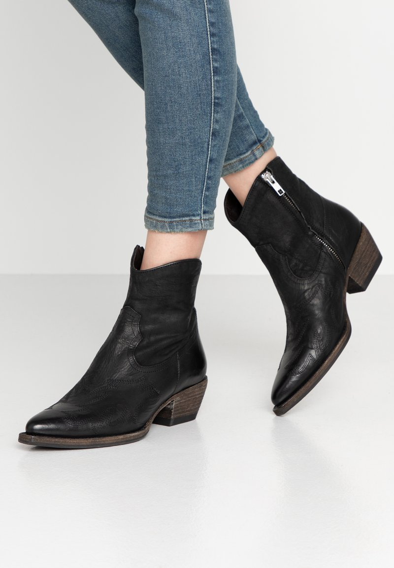 Billi Bi - Cowboy/biker ankle boot - black varese