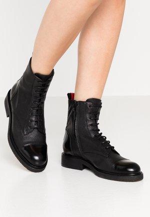 Šněrovací kotníkové boty - black/red
