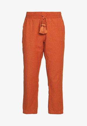 HIGH SUN - Pantalones - henna