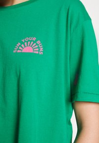 Billabong - BUNS ALL DAY TEE - T-shirt imprimé - emerald - 5