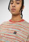 Billabong - SCRATCH CREW - T-shirt print - sand dune