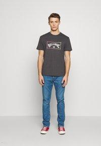 Billabong - ARCH TEE - T-shirt con stampa - black - 1