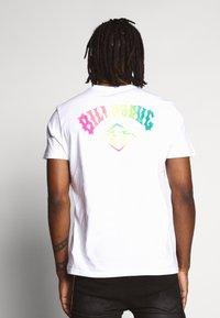 Billabong - BUNKER TEE - Camiseta estampada - white - 2