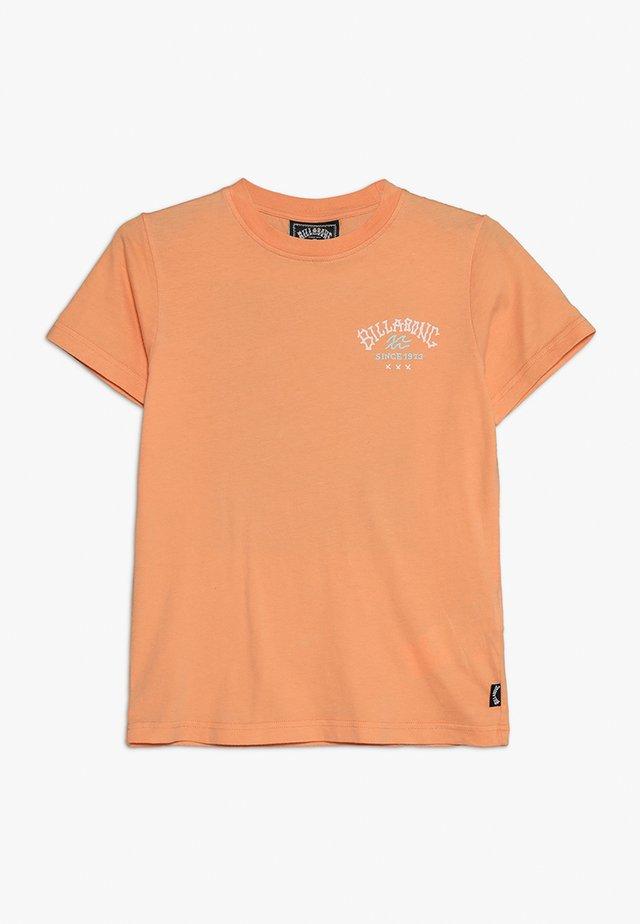 GET BACK BOY - Camiseta estampada - cantaloupe