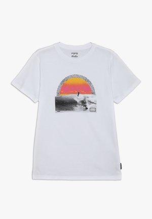 HIGH LINE TEE BOY - Printtipaita - white