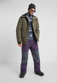 Billabong - TUCK KNEE - Ski- & snowboardbukser - dark purple - 1