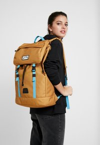 Billabong - TRACK PACK - Reppu - gold - 5