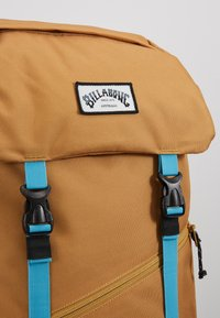 Billabong - TRACK PACK - Reppu - gold - 7