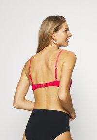 Billabong - TURN IT UP - Top de bikini - rio red - 2