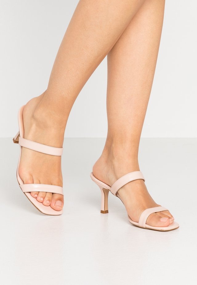 Heeled mules - cipria