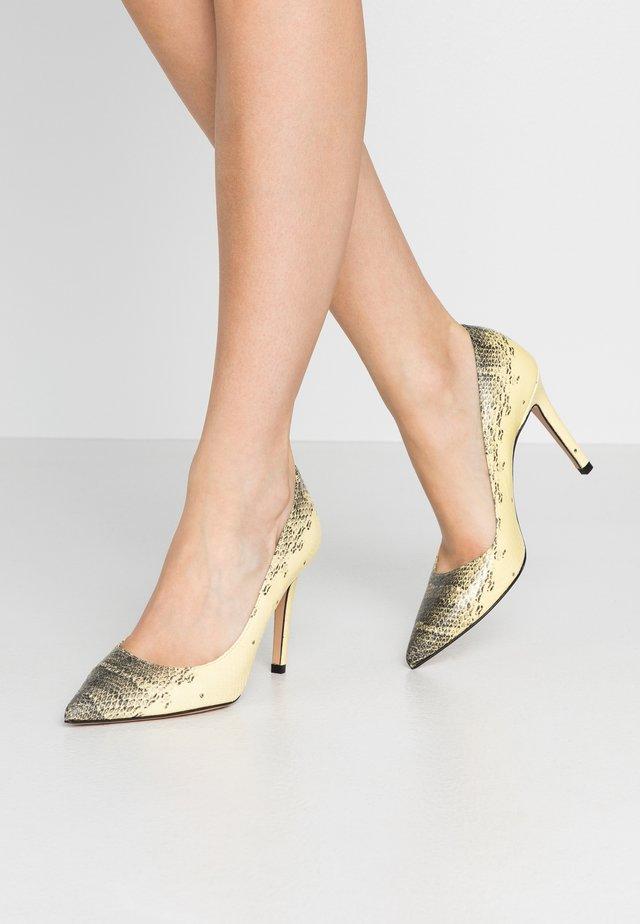 High heels - banana