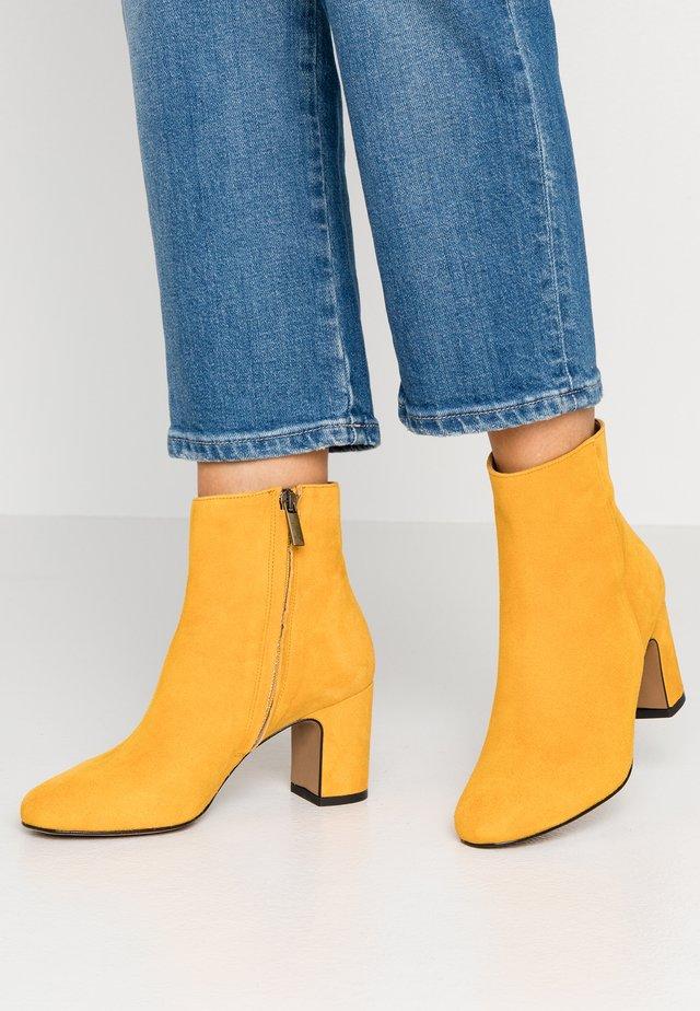 Kotníkové boty - ocra