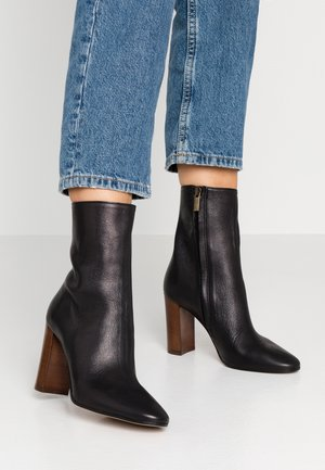 High heeled ankle boots - capra nero