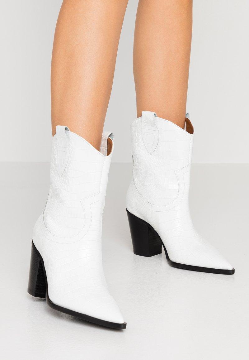 Bianca Di - Cowboy/biker ankle boot - cocco bianco