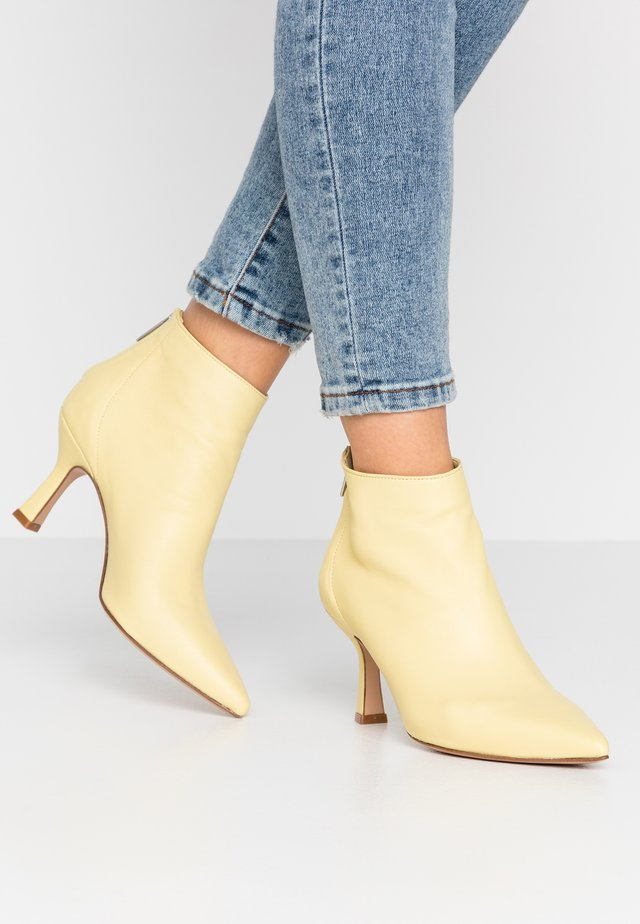 Ankle boot - banana