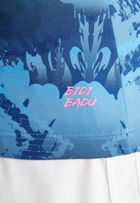 BIDI BADU - BELLA 2.0 TECH V NECK TEE - T-shirt med print - dark blue/turquoise - 5