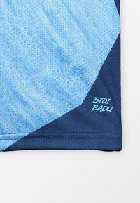 BIDI BADU - NATHAN TECH ROUND-NECK TEE - Triko spotiskem - blue/dark blue - 2