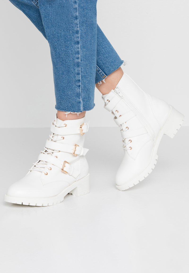 Bianco Wide Fit - WIDE FIT BIACLAIRE BASIC BOOT - Cowboy/biker ankle boot - white