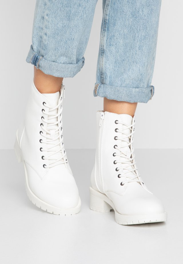 WIDE FIT BIACLAIRE CRYSTAL BOOT - Snörstövletter - white