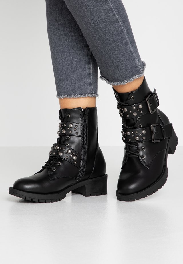 WIDE FIT BIACLAIRE STUD BELT BOOT - Cowboy/biker ankle boot - black