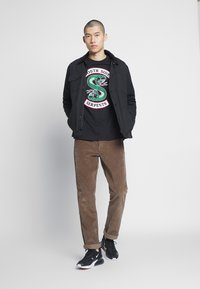 Bioworld - RIVERDALE SOUTH SIDE SERPENTS TEE - Triko s potiskem - black - 1