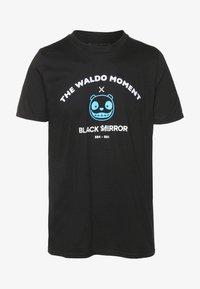 Bioworld - BLACK MIRROR WALDO TEE - Triko spotiskem - black - 3
