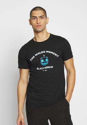BLACK MIRROR WALDO TEE - Triko spotiskem - black