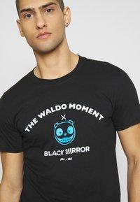 Bioworld - BLACK MIRROR WALDO TEE - Triko spotiskem - black - 4