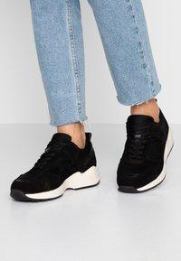Bianco - SNEAKERS MESH UND WILDLEDER - Sneakersy niskie - black - 0
