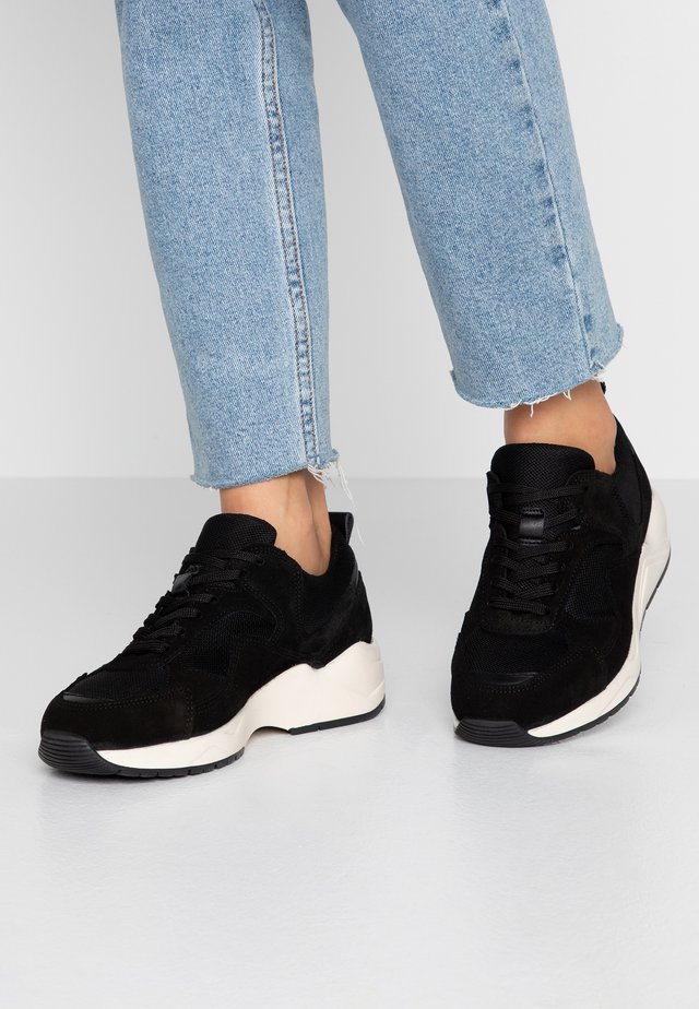 SNEAKERS MESH UND WILDLEDER - Trainers - black